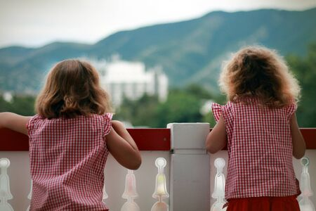 brige: Dos chicas en un brige, busca en la distancia �Qu� hay en la distancia