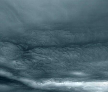 Armageddon oscuras nubes de tormenta siniestras grises como armagedon