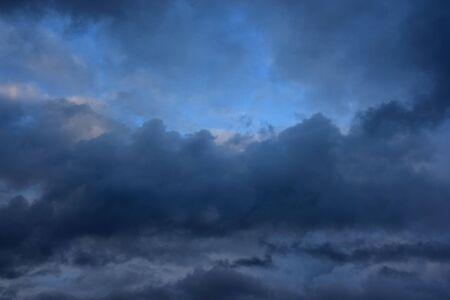 Cielo nublado lluvioso antes de la tormenta. Las nubes tempestuosas en la noche de verano.