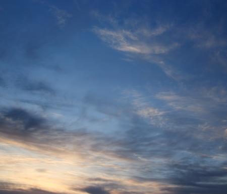 Sunset Stormy nubes en la noche de verano Foto de archivo