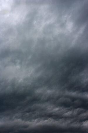 Nubes de tormenta, como si las nubes lluviosas sobre el horizonte armageddon