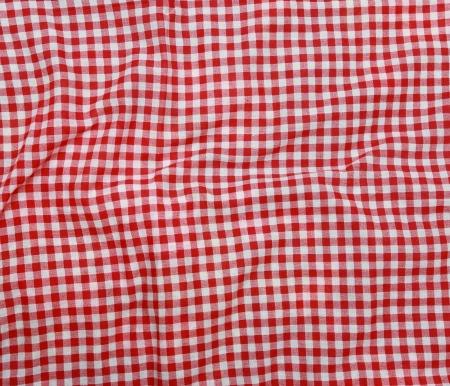 picnic blanket: Resumen de textura de fondo de una manta de picnic a cuadros rojo y blanco. Lino rojo arrugado mantel.