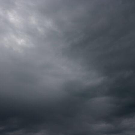 Nubes de tormenta. Las nubes de tormenta sobre el horizonte. Foto de archivo