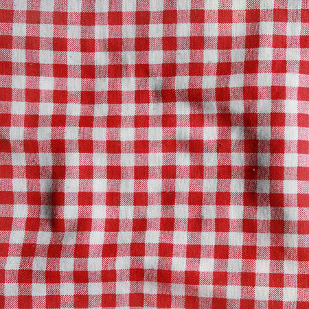 La textura de una manta de picnic a cuadros rojo y blanco de lino rojo mantel arrugado