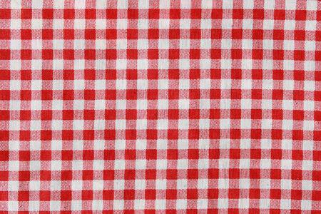 La textura de una manta de picnic a cuadros rojo y blanco. Mantel de lino rojo. Foto de archivo