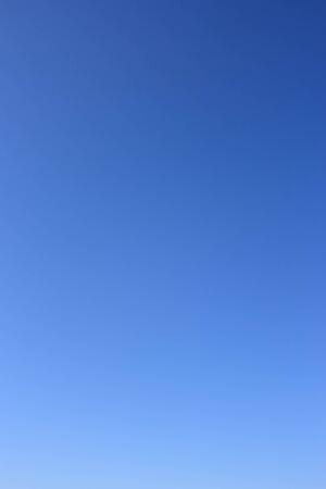 the sky clear: Cielo como fondo. Claro cielo azul sin nubes.