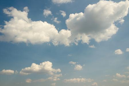 Cielo de la vendimia con nubes blancas. Cielo azul. La cosecha de fondo Cielo con las nubes blancas mullidas.