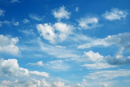 cielo azul: Cloudscape hermoso sobre el horizonte. Cielo azul y nubes. Foto de archivo