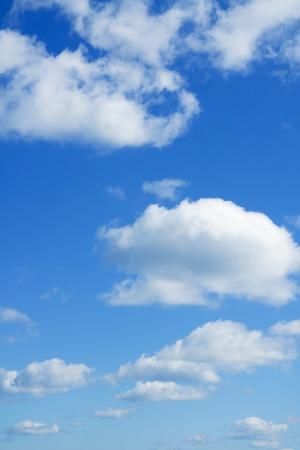 fondos azules: cielo azul y nubes blancas sobre el horizonte. Cielo.