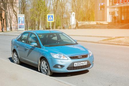 Smolensk, Rusland - 24 april 2017: Ford Focus geparkeerd op de straat van Smolensk City. Ford Focus in zonlicht op mooie dag.
