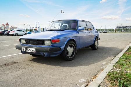 ソチ, ロシア連邦 - 2016 年 10 月 11 日: 伝説のサーブ 900 駐車。1978 年からサーブによって生産された小型高級車。