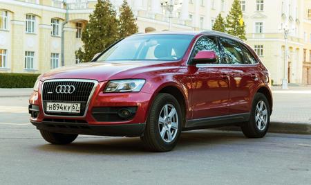 Smolensk, Rusland - 14 mei 2017: Nieuwe luxe Audi Q5 geparkeerd op de straat van Smolensk City.