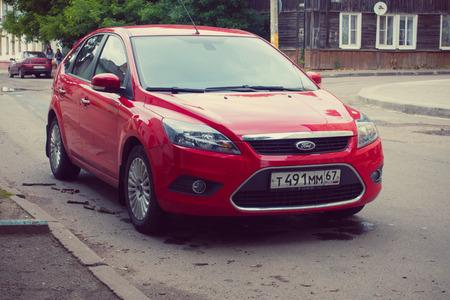 Smolensk, Rusland - 12 juli 2017: Rode Ford Focus geparkeerd in straat olf oude Russische stad Smolensk.