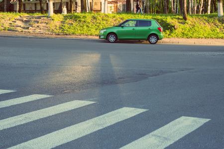 Smolensk, Rússia - 14 de maio de 2017: Skoda Fabia novo estacionou na rua perto da faixa de travessia. Foto de archivo - 93416865