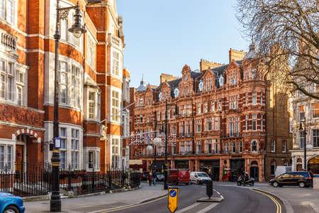 Klassiek rood bakstenen gebouw in Mayfair, Londen Stockfoto