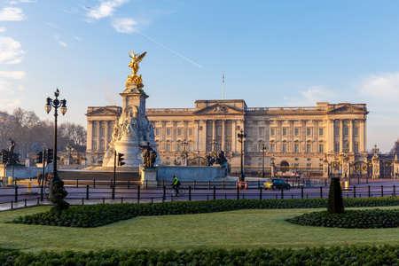 Palacio de Buckingham en la mañana de invierno temprano, Londres Foto de archivo - 70814515
