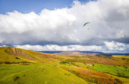 Paragliding in Peak district, an upland area in England at the southern end of the Pennines, UK Banque d'images