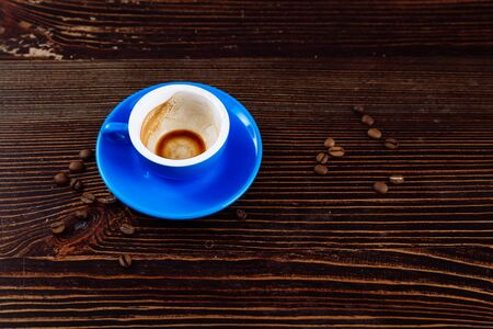 Dirty cup after coffee on a wooden table. Standard-Bild