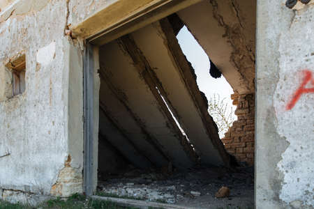 The wall with the doorway in the ruins of the collapse of the devastation. Danger of collapse. Banque d'images