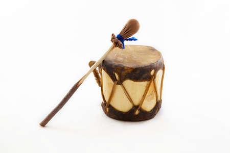 ネイティブ アメリカンのドラムと白で隔離されるスティック