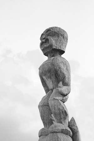 houten idool in Hawaï bij toevluchtsoord