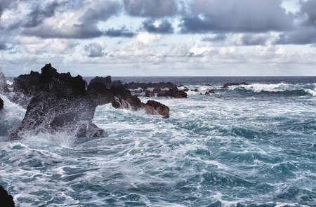 storm in the ocean, waves hitting rocks 版權商用圖片