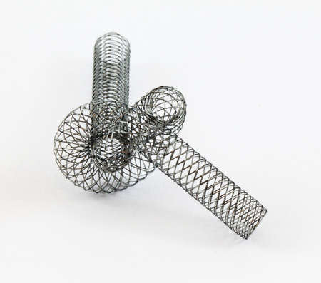 braided nitinol self-expanding stent shaped into a knot Stockfoto