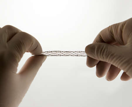 zatkanie: ręce chirurga skręcarki własny rozszerzający oczkach stentu nitinolu do zabiegu wewnątrznaczyniowego