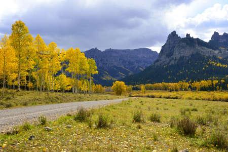 黄金と緑のアスペンをする落下の間にコロラド州とフクロウ クリーク峠にピナクル リッジ 写真素材