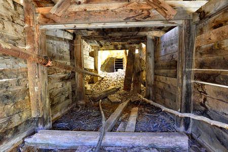 コロラド州の古いの放棄された金鉱山の内側