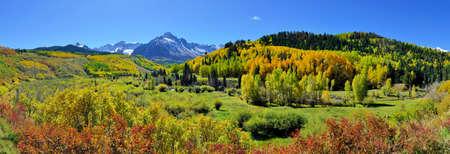 Vue panoramique du paysage alpin du paysage pendant la saison du feuillage