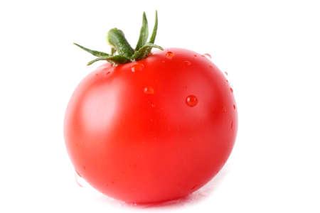 Tomate cherry rojo aislado en blanco