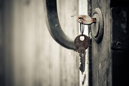 puerta abierta: llaves oxidadas en cerradura de la puerta vieja