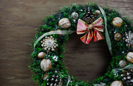 beautiful green Christmas wreath on brown wooden background Standard-Bild
