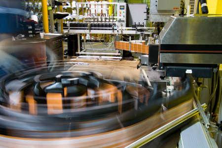dispense: Tocadiscos de l�nea de embotellado en una planta de fabricaci�n de lubricantes  Foto de archivo