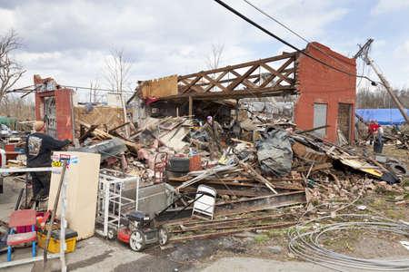 Henryville, IN - 4 maart, 2012: Nasleep van categorie 4 tornado die naar beneden geraakt in de stad op 2 maart 2012 in Henryville, IN. 12 doden en massale verlies van eigendommen werden gemeld in Indiana als resultaat van een reeks tornado's