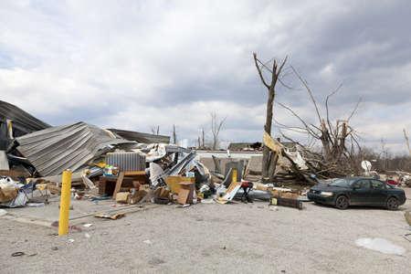 Henryville, IN - 4 de marzo de 2012: Consecuencias de la categoría 4 tornado que tocó tierra en la ciudad el 2 de marzo de 2012 en Henryville, IN. 12 muertes y la pérdida masiva de la propiedad se registraron en Indiana, como resultados de una serie de tornados Foto de archivo - 12469242