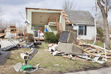 Henryville, IN - 4. März 2012: Aftermath der Kategorie 4 Tornado, der unten in der Stadt berührte am 2. März 2012 in Henryville, IN. 12 Tote und massiven Verlust von Eigentum wurden in Indiana als Ergebnisse der Serie von Tornados gemeldet Editorial