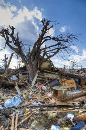 Henryville, IN - 4 de marzo de 2012: Consecuencias de la categoría 4 tornado que tocó tierra en la ciudad el 2 de marzo de 2012 en Henryville, IN. 12 muertes y la pérdida masiva de la propiedad se registraron en Indiana Foto de archivo - 12531781