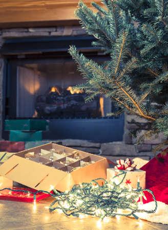 그것의 옆에 장신구의 상자와 벌거 벗은 크리스마스 트리의 이미지