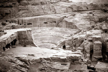 columnas romanas: Anfiteatro antiguo en Petra, Jordania