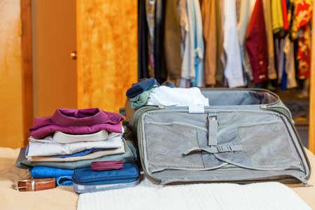 Open koffer met kleren