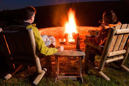bouteille de vin: Couple par le feu