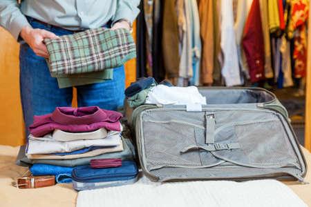Packing suitcase Standard-Bild