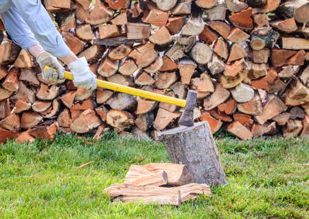 splitting: Splitting firewood