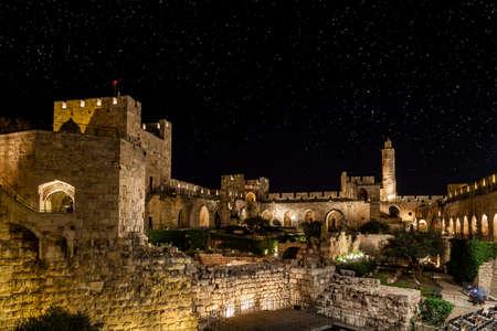 城塞と David タワー夜にエルサレムで 写真素材