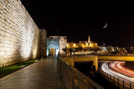 Uitzicht op muur van Jeruzalem en Jaffa Gate 's nachts