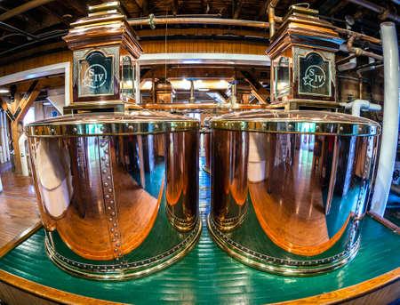 destilacion: Loretto, Kentucky - 01 de junio 2013: Imagen de alambiques cupper originales de la marca de bourbon destilería Maker. Mark Maker ha estado en operación desde 1954 y es una parte de Kentucky Bourbon Trail