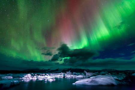 Aurora borealis over Jokulsarlon lagoon in Iceland 스톡 콘텐츠