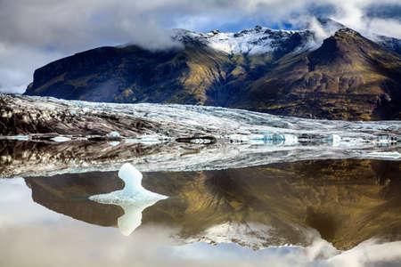 terminus: Fjallsarlon laguna en una terminal del glaciar en el sur de Islandia